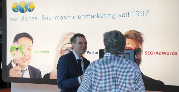 Geschäftsführer Beat Z'graggen im Gespräch am Worldsites-Messestand der SuisseEMEX'15.